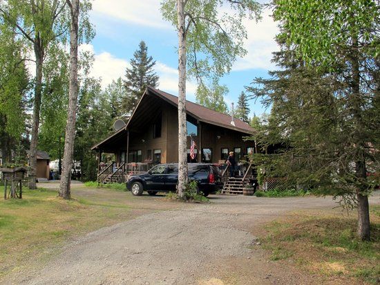Krog's Kamp Lodge and Cabins: Krog's Kamp office that faces the river