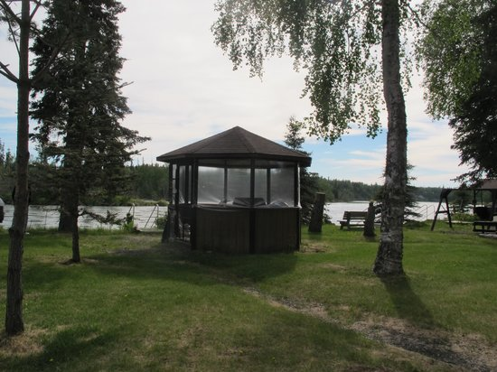 Krog's Kamp Lodge and Cabins: Gazebo by river at Krog's Kamp