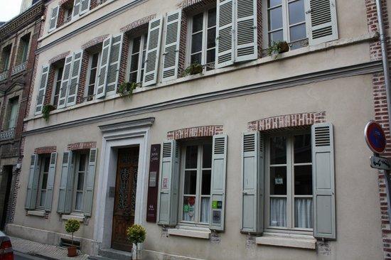 La Petite Folie: Front view of house