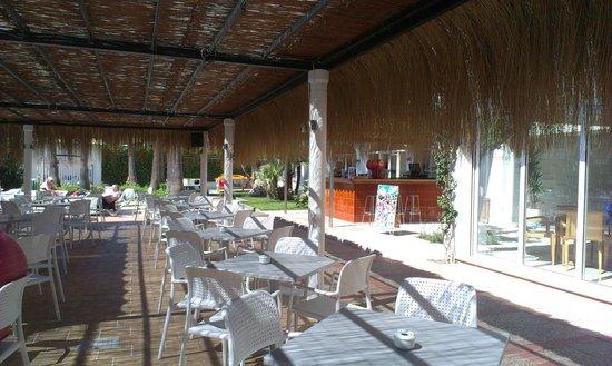 Sol de Alcudia Apartamentos: Snack/drinks area and pool bar