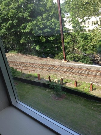 Hotel Zero Degrees Norwalk : train tracks right outside window