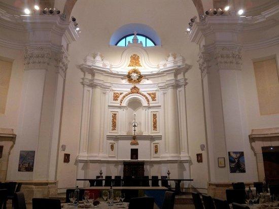 Palacio De Los Condes: restaurante en capilla