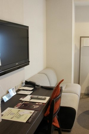 Mitsui Garden Hotel Yotsuya: Don't like the TV right above desk