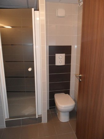 Hotel Arena Grenoble : douche et wc