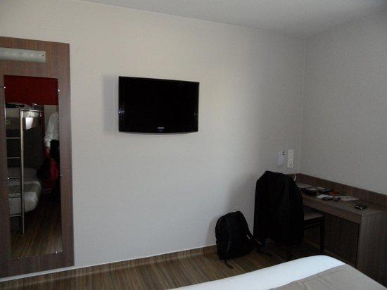 Hotel Arena Grenoble : chambre + bureau