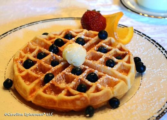 Engadine Inn & Cabins: Waffle with fresh blueberries