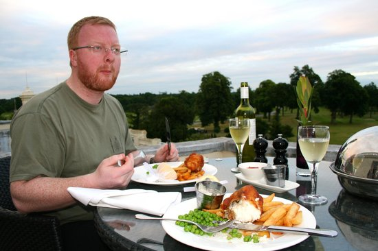Stoke Park Country Club, Spa and Hotel: Dinner on the balcony - Tudor