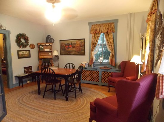 1825 Inn Bed and Breakfast: game room