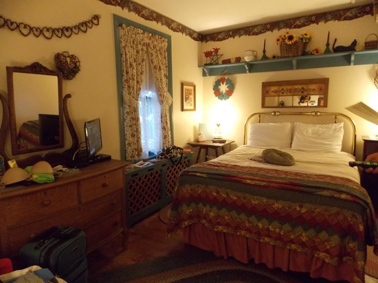 1825 Inn Bed and Breakfast : Hearts and Flowers Room