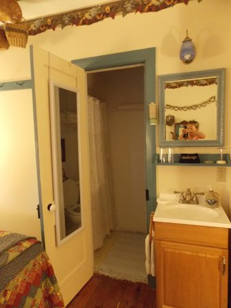 1825 Inn Bed and Breakfast : bathroom