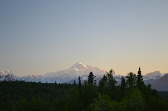 Mt. McKinley Princess Wilderness Lodge: Early morning view of the mountain