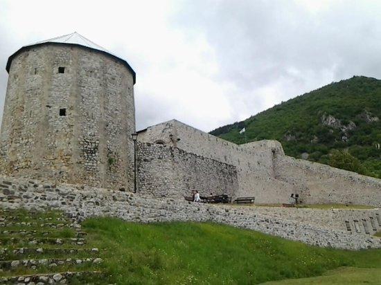 Travnik, Bosnia and Herzegovina: Murallas con torreón