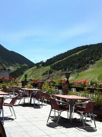 Hotel Naudi: Terrasse avec vue sur la montagne