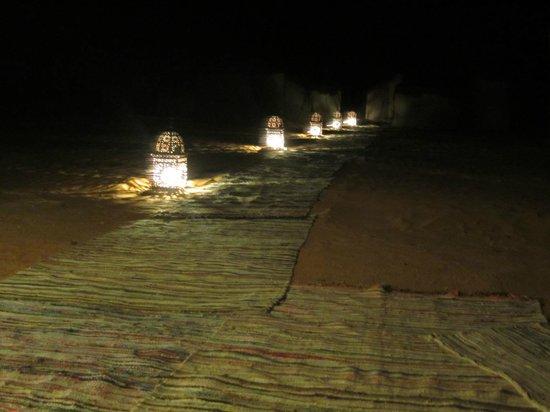 Erg Chebbi Tours : Caminho para tenda no bivouac Jaimas Madu