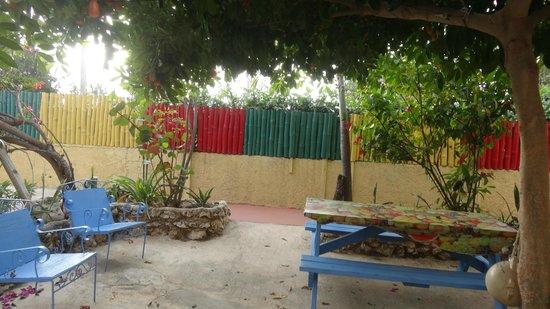 Irie Rest Guest House: Der Sitzbereich vor den Zimmern