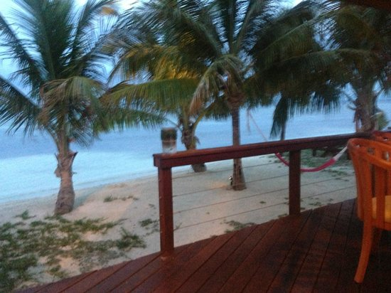 Hatchet Caye Resort: beach
