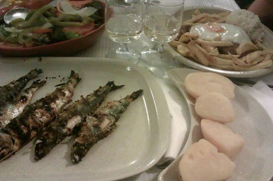 Restaurante Tascardoso: Sardinas asadas con patatas, bitoque y vino blanco de la casa