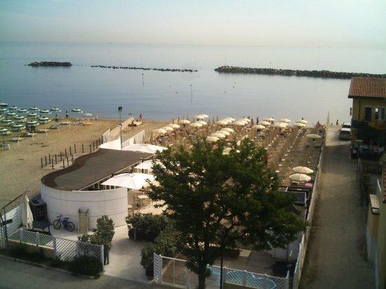 Hotel Alexander Spiaggia: La spiaggia privata vista dalla camera