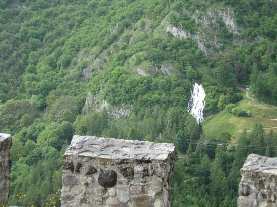 Castello Di Stenico: cascata del Rio Bianco vista da castel Stenico