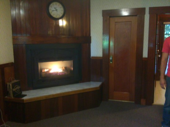 Miranda Gardens Resort : Fireplace in #6