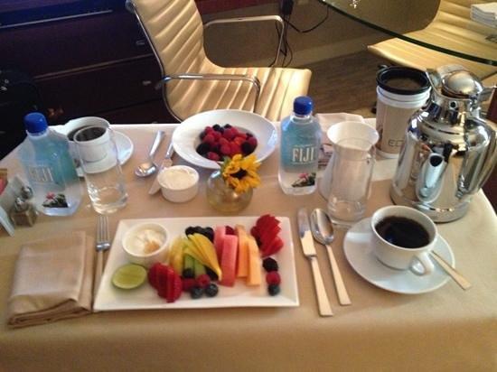 Four Seasons Hotel Denver: breakfast in bed
