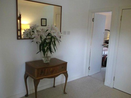 Laurel Bank Lodge: Lobby with wonderful sweet smelling flowers