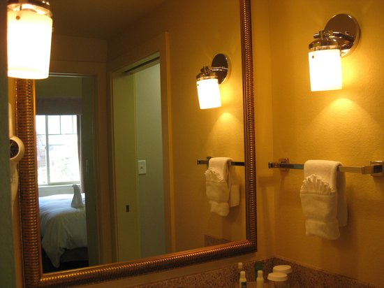 Homewood Suites by Hilton Jackson: bathroom with pocket door in mirror