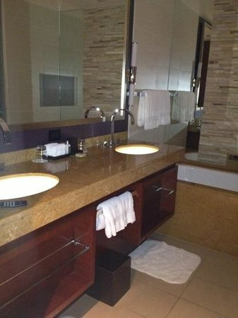 Four Seasons Hotel Denver: lighted sinks
