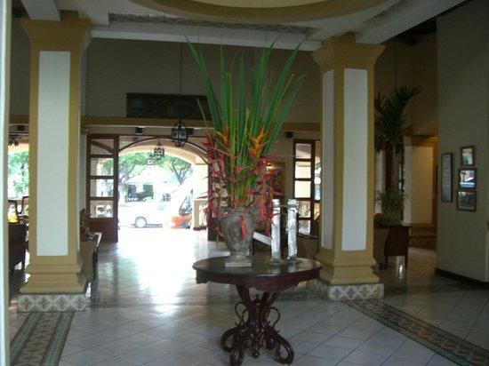 كاسا الهمبرا: Lobby looking towards front entrance
