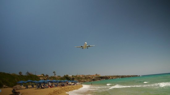 Ammes Apartments: Plane coming in over the Apartments and beach to land