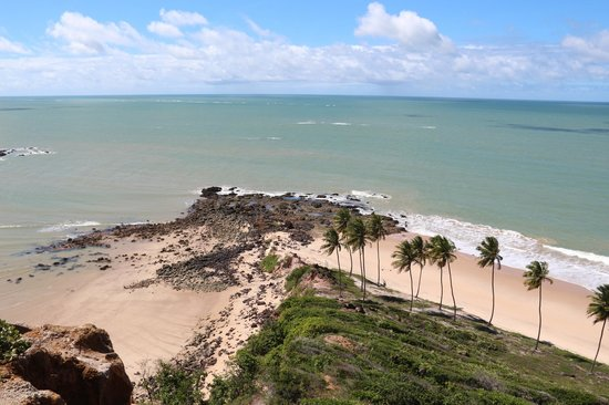 Praia do Coqueirinho: Coqueiros, pedras e mar.