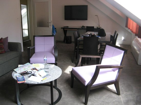 Adina Apartment Hotel Budapest: Living area, included two couches