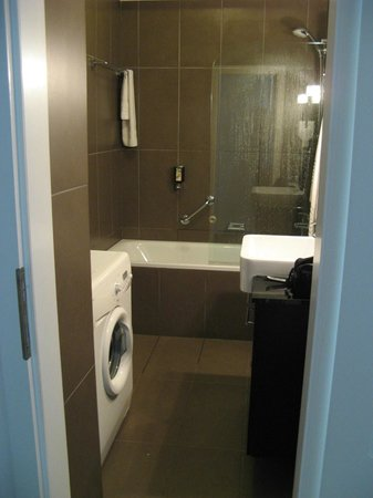 Adina Apartment Hotel Budapest: Bathroom with washer