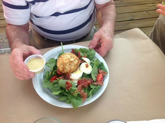 Schooners On The Creek: Crabcake on spinach salad