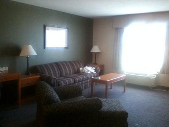 Paola Inn and Suites: living room area