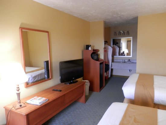Quality Inn Carolina Oceanfront: view of tv and dresser