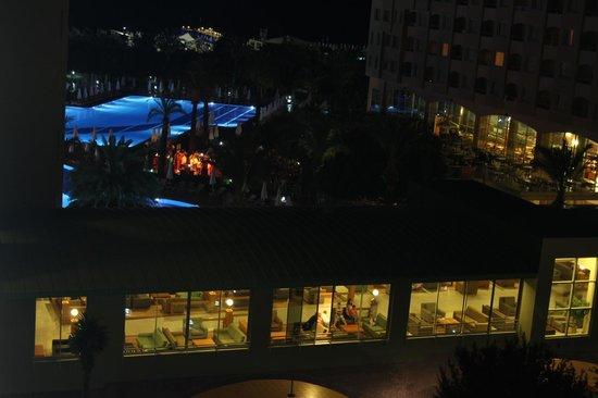 Silence Beach Resort: Odanın manzarasından havuz başında canlı müzik aktivitesi