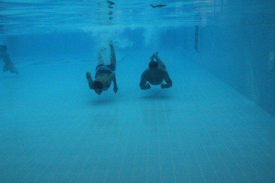 Silence Beach Resort: Kapalı havuzun 1 tarafı camekan yüzenleri izlemek güzel