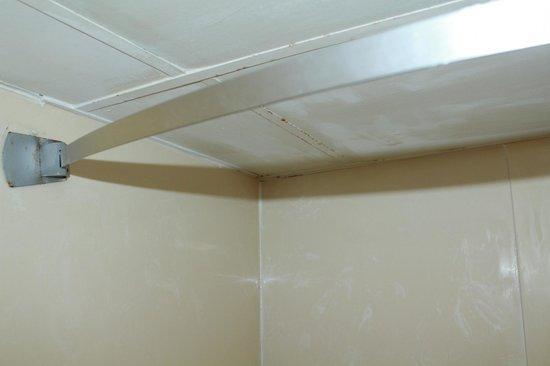 Super 8 Memphis/Dwtn/Graceland Area: Paint chipping off ceiling.