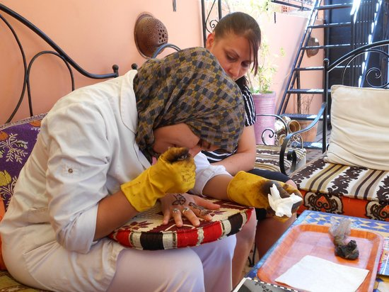 Riad Layla Rouge : Having my henna tattoo done