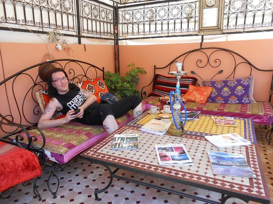 Riad Layla Rouge : Relaxing on the terrace