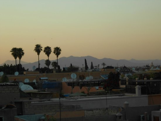 Riad Layla Rouge : View of the mountains from the upper terrace
