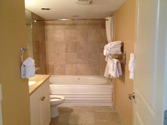 Seaside : large bathroom