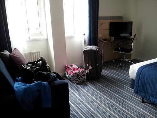 Holiday Inn Express London - Southwark: enough room to move around, small couch