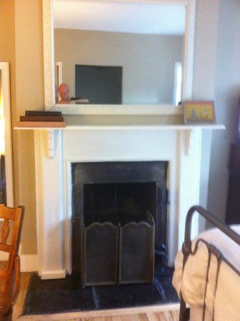 Incentra Village House: Fireplace