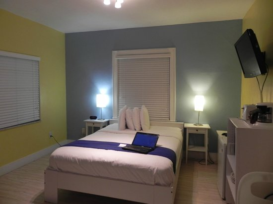 Hollywood Beach Suites, Hostel and Hotel: cama principal