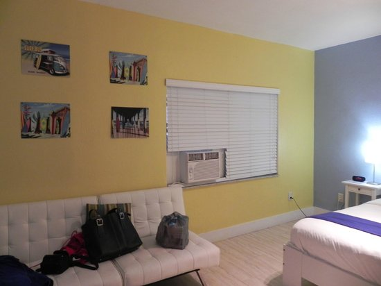 Hollywood Beach Suites, Hostel and Hotel: sillon en la habitacion
