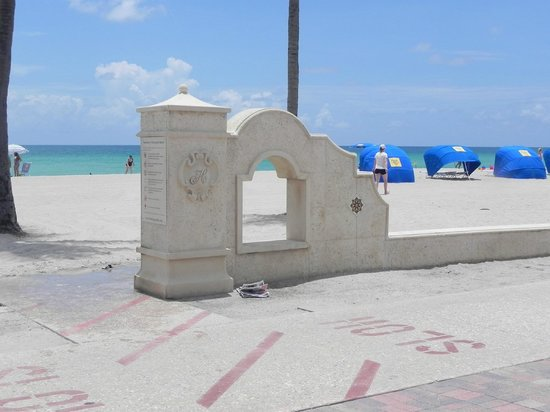 Hollywood Beach Suite and Hotel: ingreso a la playa