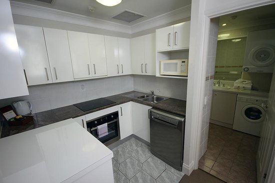 Manor Apartment Hotel: Kitchen in all one and two bedroom apartments