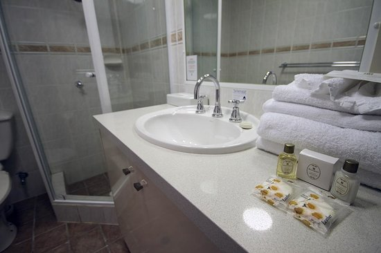 Manor Apartment Hotel: Guest bathroom